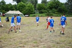 As crianças estão jogando o futebol Imagens de Stock