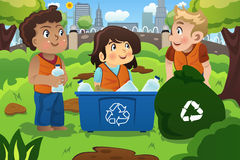 As crianças reciclam garrafas Imagem de Stock