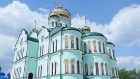 As cruzes Ortodoxa Orientais no ouro abobadam as cúpulas contra o céu nebuloso azul video estoque