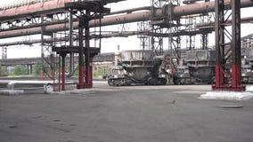 As cubas grandes do metal moveram-se em carros fora na planta metal?rgica Metragem conservada em estoque Ferro e f?brica e produ? filme
