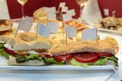 As cunhas do pão italiano encheram-se com o tomate, o queijo fresco e o verde Imagem de Stock Royalty Free