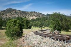 As curvas dos trilhos oxidados midden dentro da natureza Fotografia de Stock Royalty Free