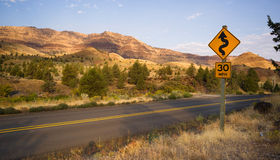 As curvas frequentam a estrada John Day Fossil Beds de duas pistas Foto de Stock
