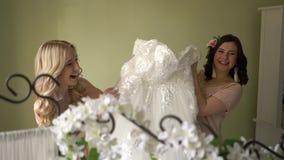 As damas de honra estão jogando com um vestido de casamento video estoque