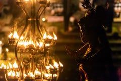 As danças bonitas da mulher do balinese durante um fogo tradicional de Kecak dançam a cerimônia no templo hindu Fotografia de Stock