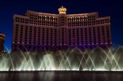 As danças da mostra da fonte do hotel de Bellagio abaixo de um céu noturno fotografia de stock