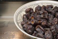 As datas fecham-se acima em um prato árabe fotos de stock royalty free