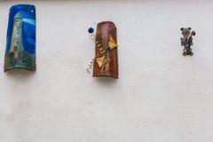 As decorações artísticas penduraram na parede, Villetta Barrea, Abruzzo, Fotos de Stock