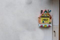 As decorações artísticas penduraram na parede, Villetta Barrea, Abruzzo, Foto de Stock Royalty Free