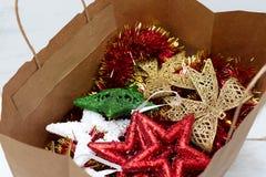 As decorações coloridos brilhantes do Natal encontram-se em uma compra de papel Fotografia de Stock