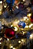 As decorações da árvore de Natal fecham-se acima foto de stock