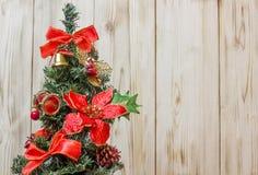 As decorações da árvore de Natal vestiram o sino tradicional dos brinquedos, cilindro, fita foto de stock royalty free