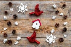 As decorações do ano novo com brinquedos e os cones do pinho no fundo de madeira cobrem o veiw Imagem de Stock Royalty Free