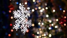 As decorações do floco de neve, fundo do bokeh, fora de foco iluminam-se video estoque
