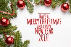 As decorações do Natal com o ` do cumprimento têm o Feliz Natal e um ano novo feliz 2017! ` Imagens de Stock Royalty Free