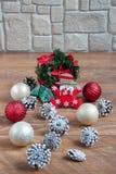 As decorações do Natal e do ano novo estão encontrando-se em um revestimento de madeira Fotografia de Stock