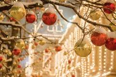As decorações do Natal em uma fachada, feriado colorido iluminam-se, iluminação da noite da cidade Ano novo em Moscou, Rússia Que fotografia de stock royalty free