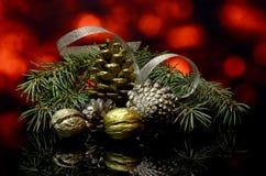 As decorações do Natal em uma reflexão de espelho preta surgem Imagens de Stock Royalty Free