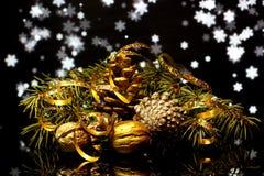 As decorações do Natal em uma reflexão de espelho preta surgem Foto de Stock Royalty Free