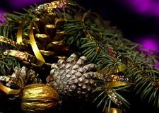 As decorações do Natal em uma reflexão de espelho preta surgem Imagem de Stock Royalty Free
