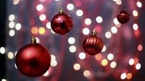 As decorações do Natal, fundo do bokeh, fora de foco iluminam-se video estoque