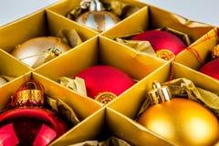 As decorações do Natal multam armazenado em uma caixa, de modo operacional Fotografia de Stock Royalty Free
