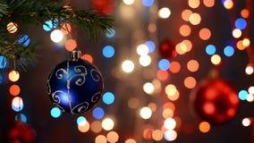 As decorações do Natal na árvore, ramo, fundo do bokeh, fora de foco iluminam-se video estoque