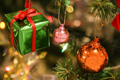 As decorações do Natal ou a luz da árvore de Natal preparam-se para comemoram o dia, uso claro abstrato de Bokeh bom para o fundo Imagens de Stock