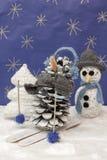 As decorações do Xmas crafts o boneco de neve e a árvore scenary do esquiador da neve Imagens de Stock