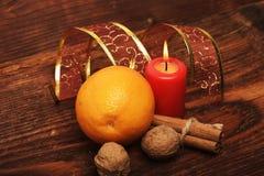 As decorações e o ornamento do Natal no fundo de madeira Imagem de Stock