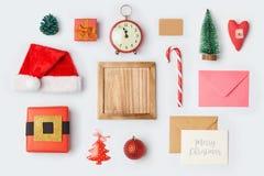As decorações e os objetos do Natal para a zombaria acima do molde projetam Vista de acima Foto de Stock