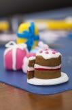 As decorações minúsculas do bolo fizeram o fundente Foto de Stock