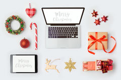 As decorações, o laptop e os objetos do Natal para a zombaria acima do molde projetam Vista de acima Fotografia de Stock Royalty Free