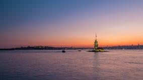 As donzelas elevam-se após o dia bonito do por do sol ao timelapse da noite em Istambul, peru, torre do kulesi do kiz video estoque