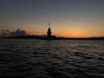 As donzelas elevam-se durante o por do sol em Istambul, Turquia Foto de Stock