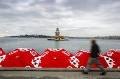 As donzelas elevam-se, veem-se sobre guarda-chuvas do gelado no Algida Imagens de Stock