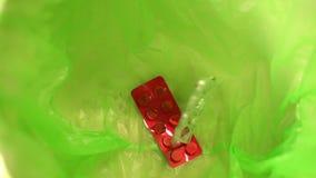 As drogas, esvaziam blocos dos comprimidos que caem na lata de lixo do lixo video estoque