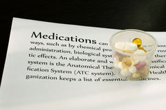 As drogas na contagem cobrem com texto fotografia de stock