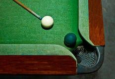 As duas esferas na tabela de snooker Imagem de Stock