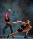 As duas meninas atrativas que dançam o twerk no estúdio fotos de stock