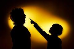 As duas silhuetas expressivos do menino que mostram emoções usando o gesticu imagens de stock