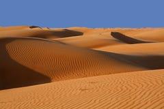 As dunas de areia no Wahiba lixam o deserto em Oman fotografia de stock