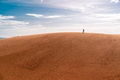 As dunas de areia vermelhas em ne de Mui, Vietname são destino popular do curso com litoral longo fotos de stock royalty free