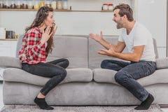 As emoções negativas são um par conceitos Pares expressivos e emocionais de um marido e da esposa, da afirmação e da gritaria imagens de stock royalty free