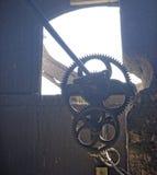 As engrenagens do mecanismo do pulso de disparo, Axente separam a igreja em Romênia imagens de stock
