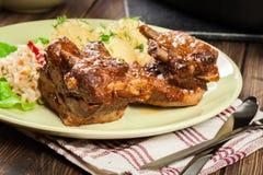 As entrecostos de porco da carne de porco serviram com batatas e molho triturados imagens de stock royalty free