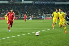 As equipas de futebol nacionais de Ucrânia e de Espanha estão jogando entre si Fotografia de Stock