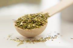 As ervas aromáticas estão no close-up pequeno da colher Fotos de Stock Royalty Free
