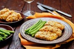 As ervas do queijo dos pães ralados cozeram o bacalhau com feijões verdes Foto de Stock Royalty Free