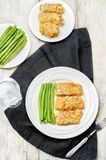 As ervas do queijo dos pães ralados cozeram o bacalhau com feijões verdes Imagens de Stock Royalty Free